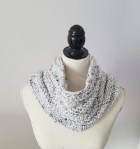 Woman's Bulky Tweed Cowl in soft acrylic yarn, versatile cowl with fleck... - €18,48 EUR