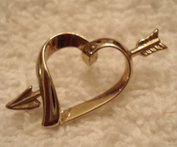 Vintage 1980s Gold Tone Cupid Arrow Thru Heart Lapel Tac Tack Pin - $7.87