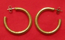 Sarah Coventry Ribbed Gold Tone Hoops Pierced Earrings - $17.77