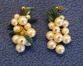 RETRO VINTAGE 1990s BOLD PEARLY GRAPE CLUSTER Post Dangle EARRINGS Wine ... - $19.75
