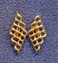 ✿ Vintage 80s Ribbon Weave Pattern Statement Earrings Filigree Gold Tone Clip On - $14.80
