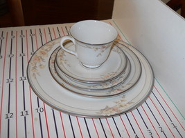Royal Doulton Fascination 5 Piece Place Setting - $24.70