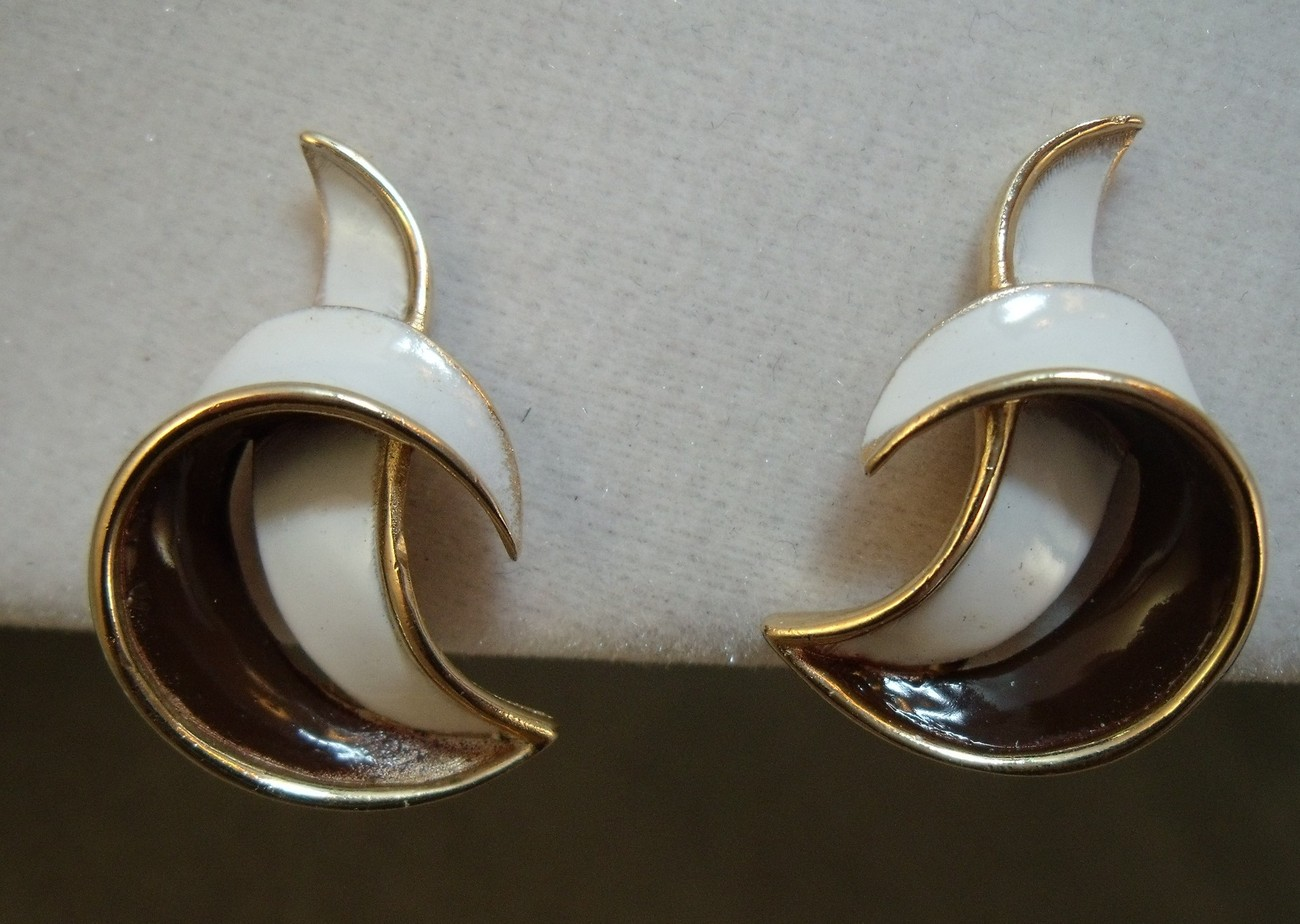Trifari Set sleek  Brown and white brooch and earrings with gold tone background