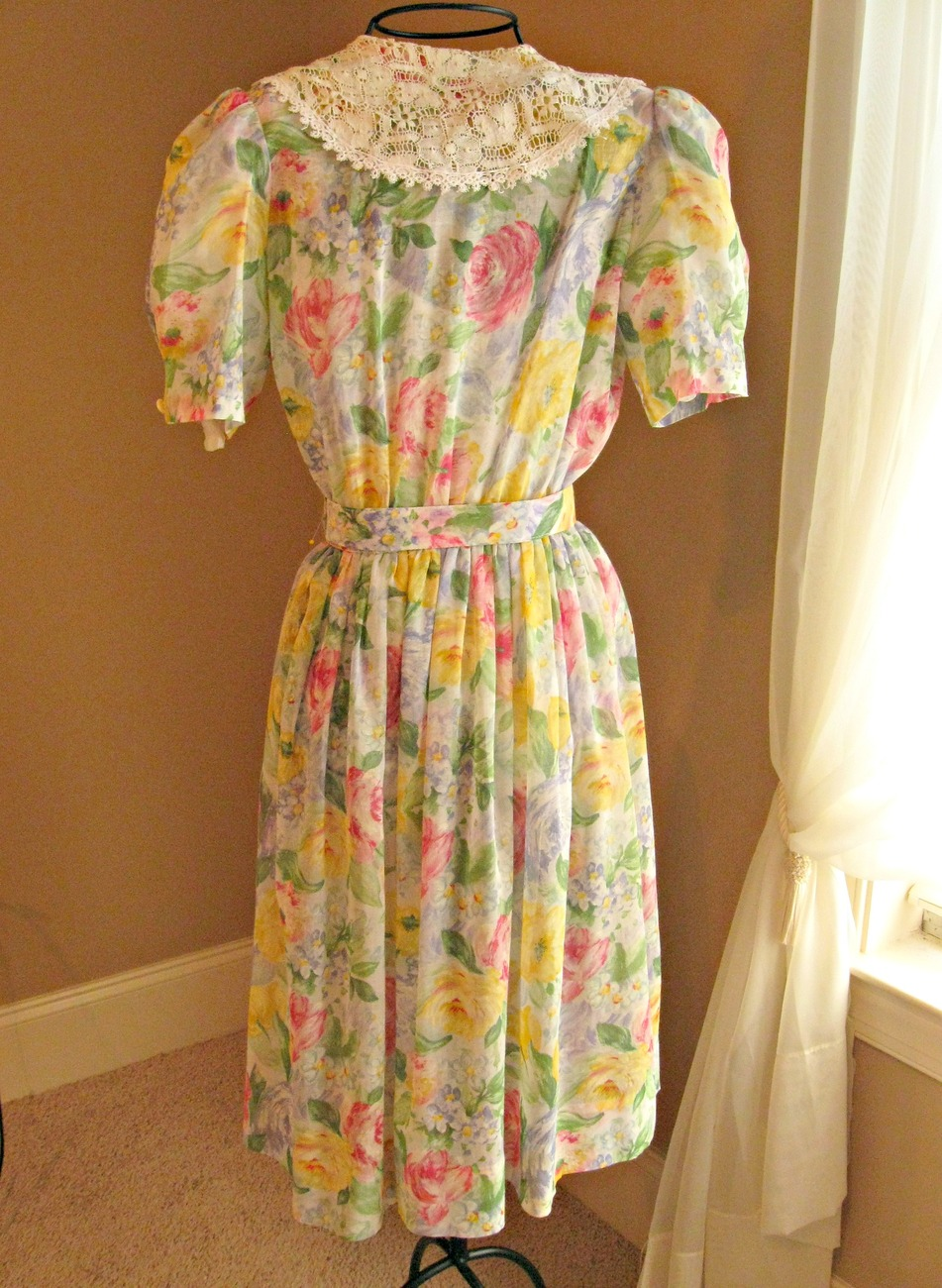 Free + shipping. Vintage 1980's dress w/ lace collar. Belted, colorful, floral.
