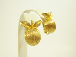 Sarah Coventry Brushed Gold Plate Apple Clip on Earring COV Vintage Fall Classic - $14.80