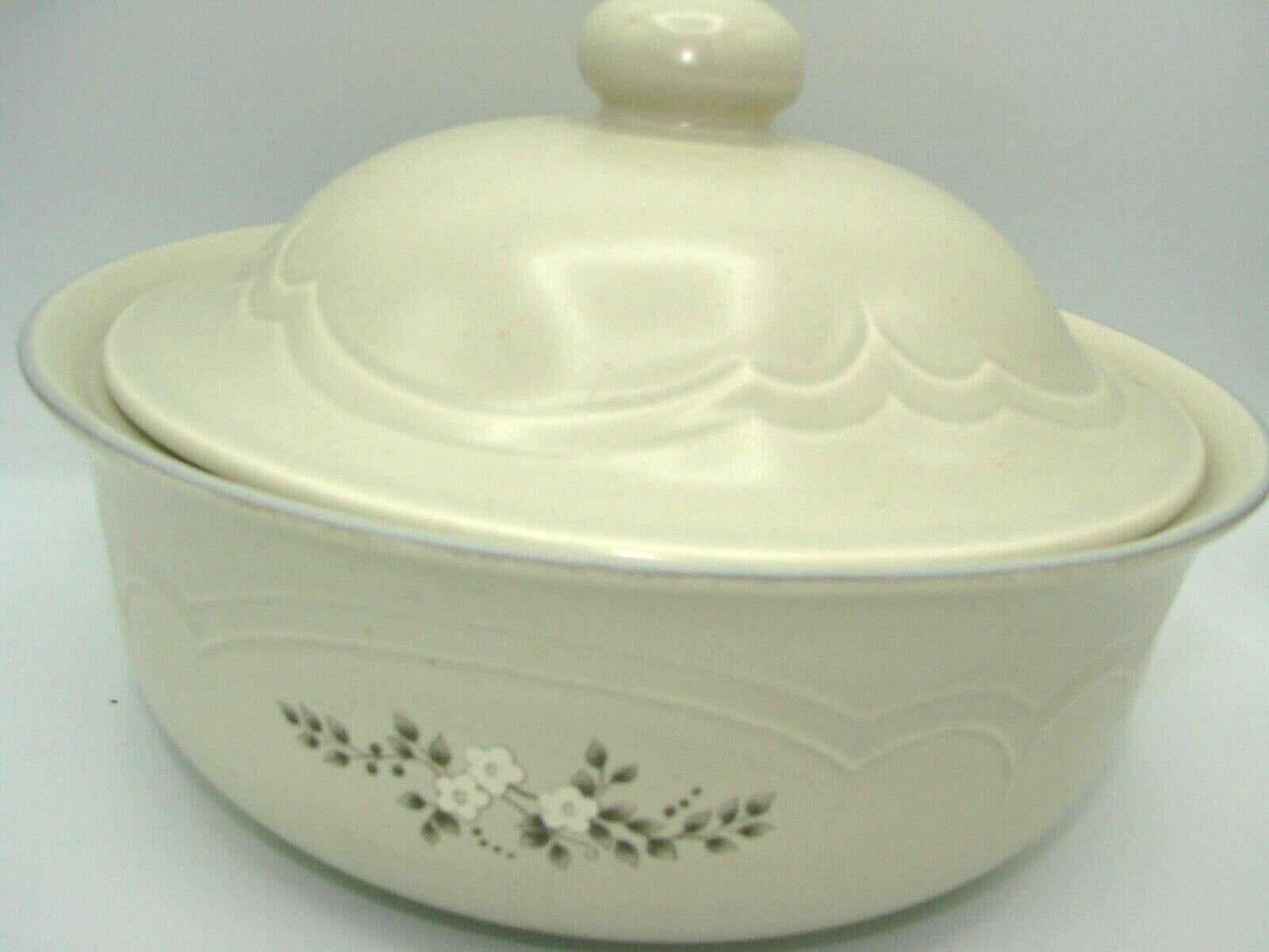 Pristine Pfaltzgraff Heirloom Covered Casserole Dish 8.75 2 Quart White Flowers image 2