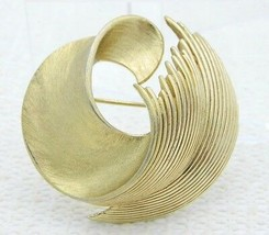 VTG CROWN TRIFARI Signed Gold Tone Abstract Modern Feather Wave Brooch P... - $29.70