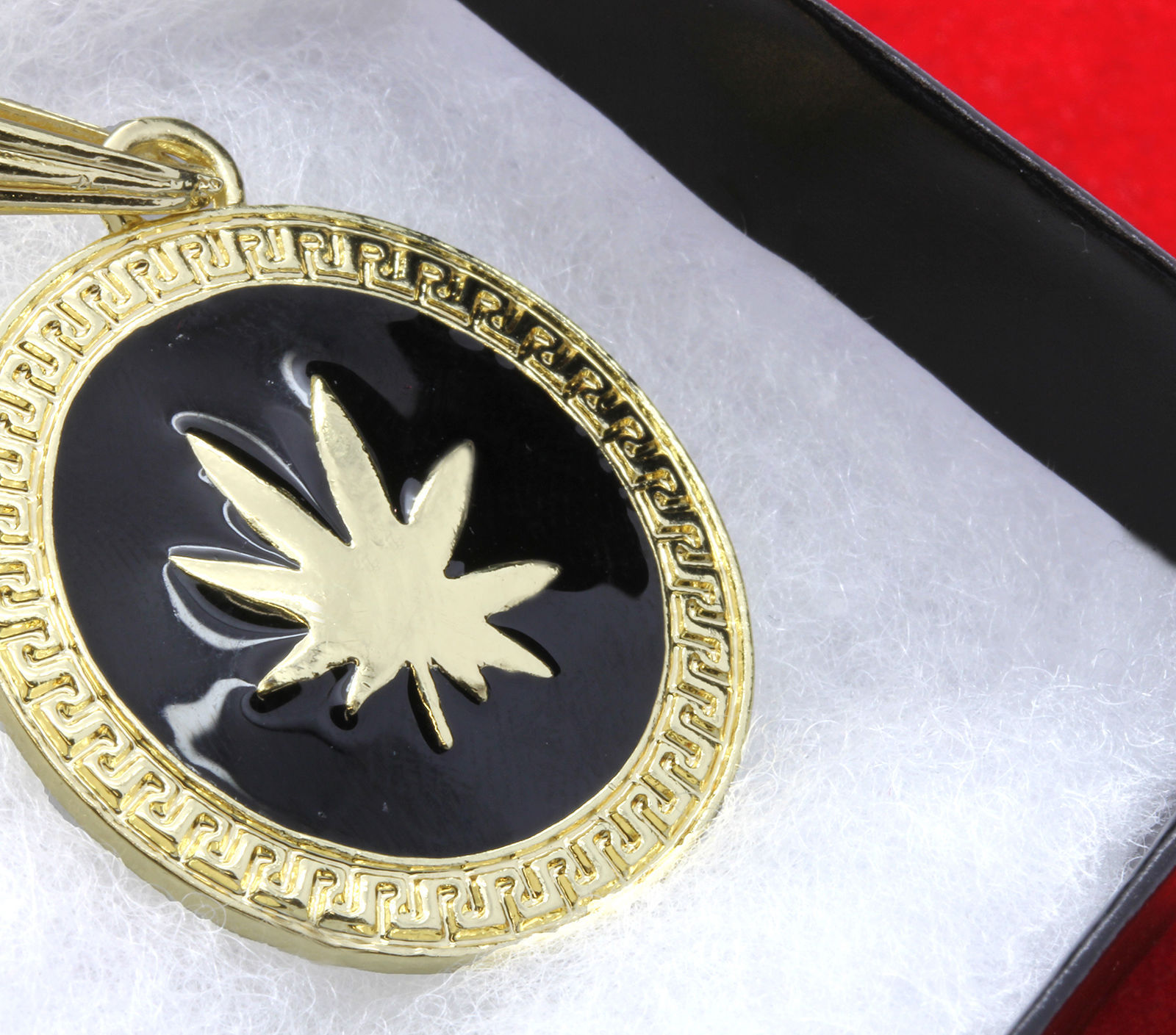 "Men Medallion Pattern Marijuana Gold/Black Back 24"" Rope Chain Pendant Necklace"