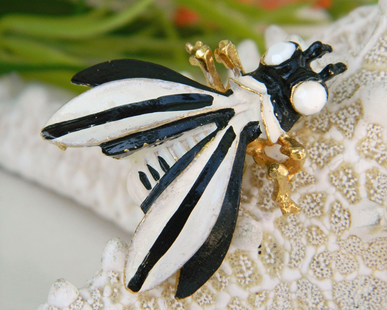 Vintage Weiss Bug Insect Fly Figural Brooch Pin Black White Enamel
