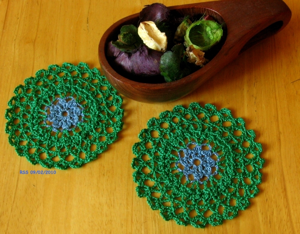 Doily trinket coaster blue flower in grn round pair w props 3027 72dpi