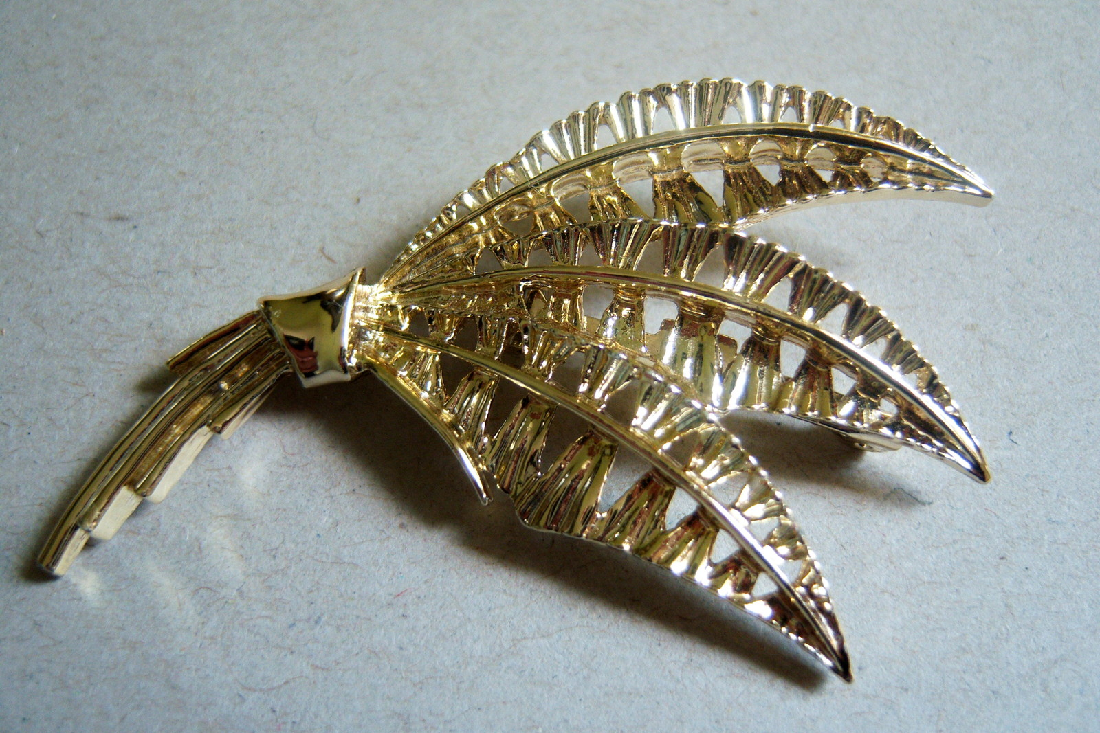 Vintage Exotic Leaf Brooch. Gold Tone Bouquet Pin