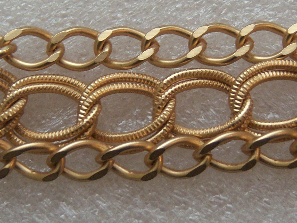 Small Vintage Sweater Clip With Large And Small Chains In Gold Tone.