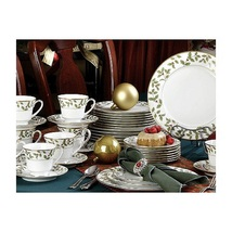 NORITAKE CHRISTMAS HOLIDAYS HOLLY AND BERRY GOLD 40 PIECE DINNERWARE SET - $655.55