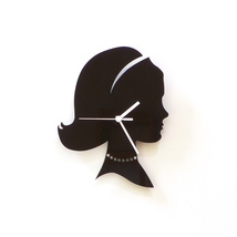Head of an elegant woman with necklace - black acrylic wall clock, wall ... - €33,40 EUR