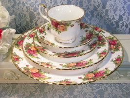 Vintage Royal Albert Bone China Old Country Roses Five Piece Place Setting  - $49.99