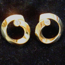 80s Vtg Gold Plated Ribbon Swirl Pierced Earrings Elegant Rhinestone Nic... - $12.82