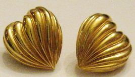 Vintage 1990s GOLD Tone Wavy PLEATED HEART Pierced EARRINGS 5/8 inch Nic... - $12.82