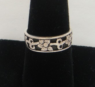 OLD STERLING SILVER FLOWER BAND RING SIZE 7 1/2 BEAUTIFUL RETRO