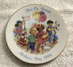 1994 MOTHER'S DAY PLATE Exclusive LOVE on PARADE Fine PORCELAIN & 22k GOLD - $9.84