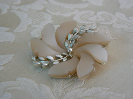 Vintage Lisner Silvertone Beige Thermoset Lucite Flower Brooch/Pin - $19.78