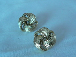 Lovely Vintage Lisner Goldtone Swirled Triple Feather Screw Type Earrings - $8.41