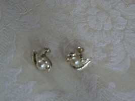 Beautiful Light Goldtone Vintage Lisner Pearl Leaf Screw Type Earrings - $10.88