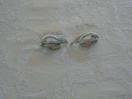 Lovely Vintage Sarah Coventry Silvertone Clip On Earrings - $9.89