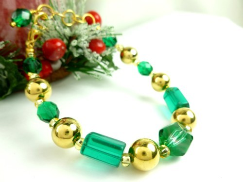 Round_faceted_green_glass_and_gold_beaded_holiday_christmas_bracelet_dc08d6c3_1_