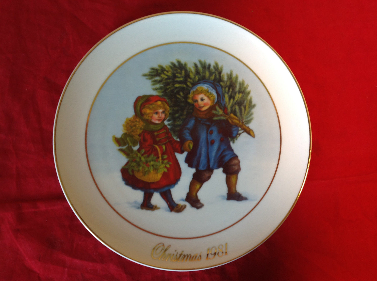 1981 Avon Christmas Tradition Collectors Plate Two Children Holding Hands