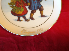 1981 Avon Christmas Tradition Collectors Plate Two Children Holding Hands image 3