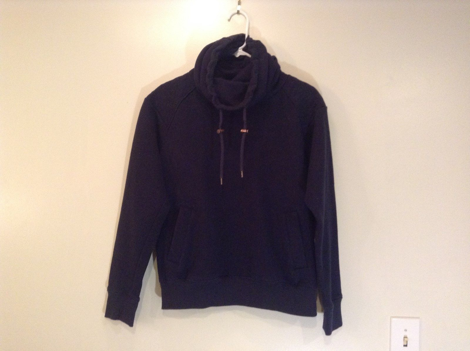 Black H and M Hooded Sweatshirt Adjustable String Size Medium Two Front Pockets