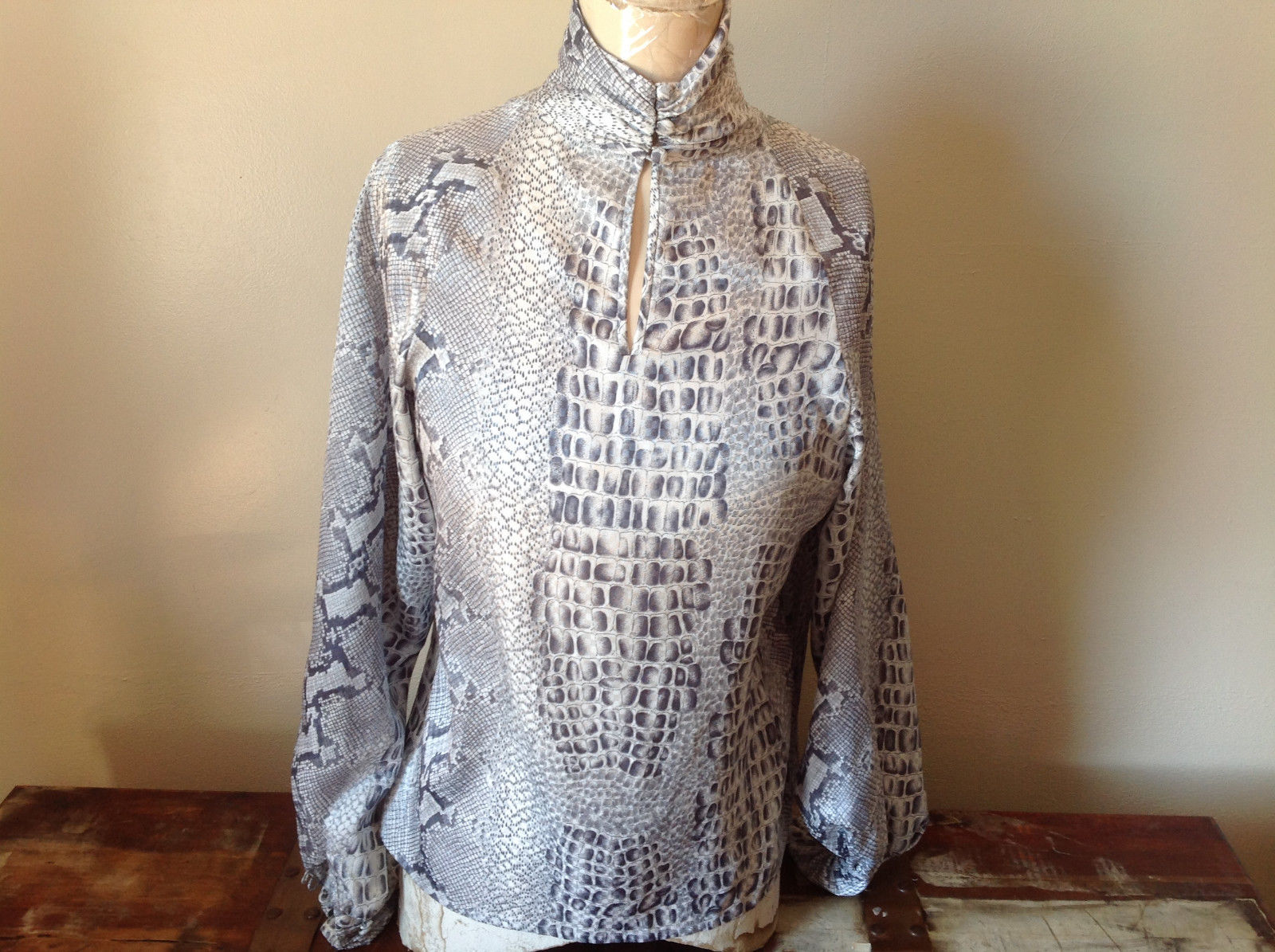 Fancy Gray White Snake Like Scales Light Great Condition Size 8 skirt blouse set