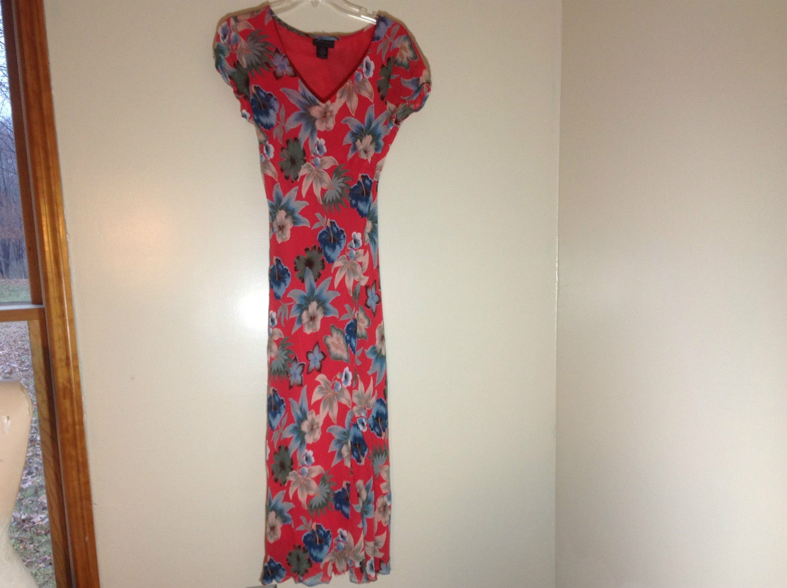 Orientique Red Maxi Dress with Blue Flowers Short Sleeve V-neck Size Medium