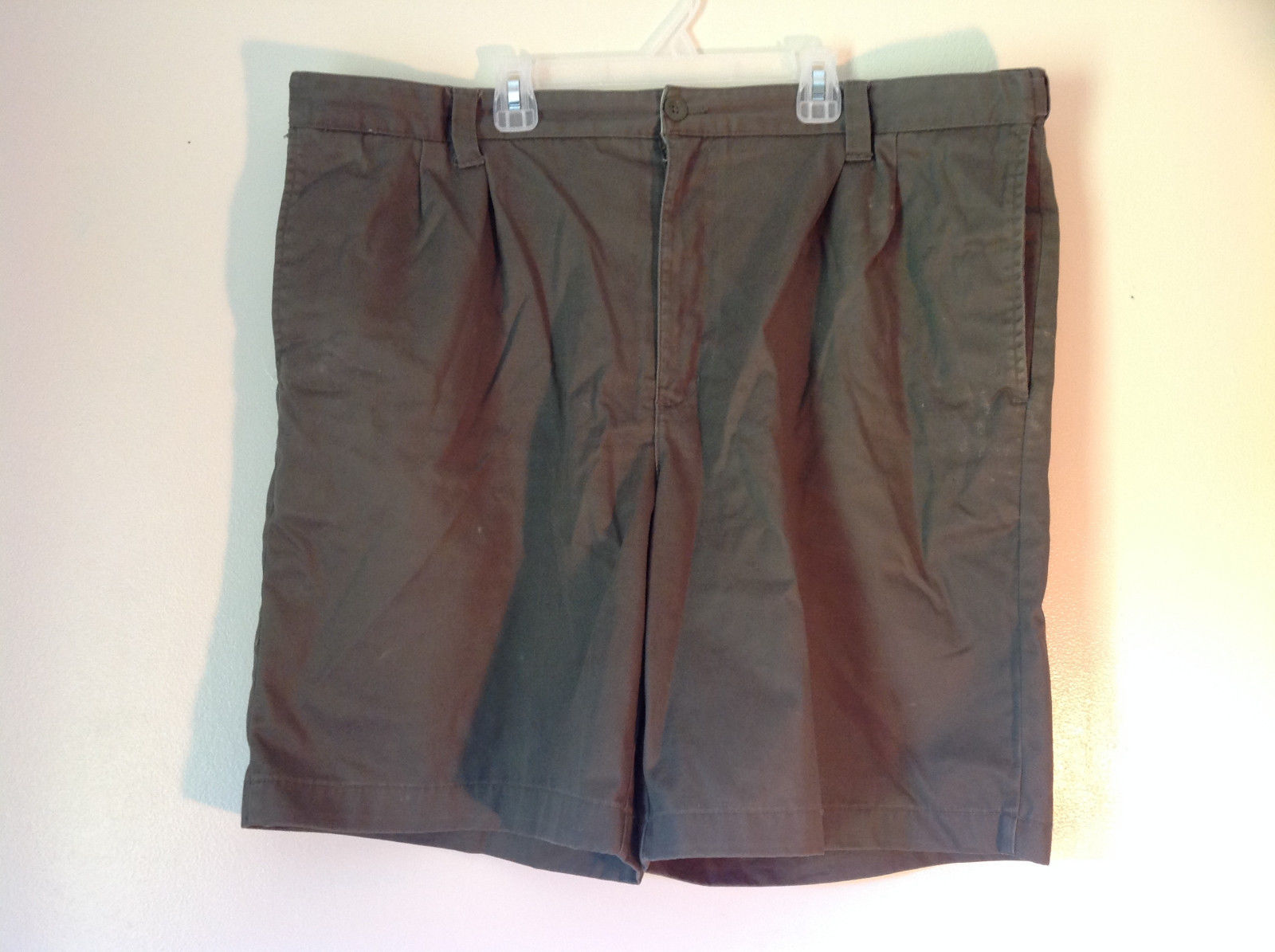 Olive Green Size 42 Cherokee Pleated Shorts Front and Back Pockets Belt Loops