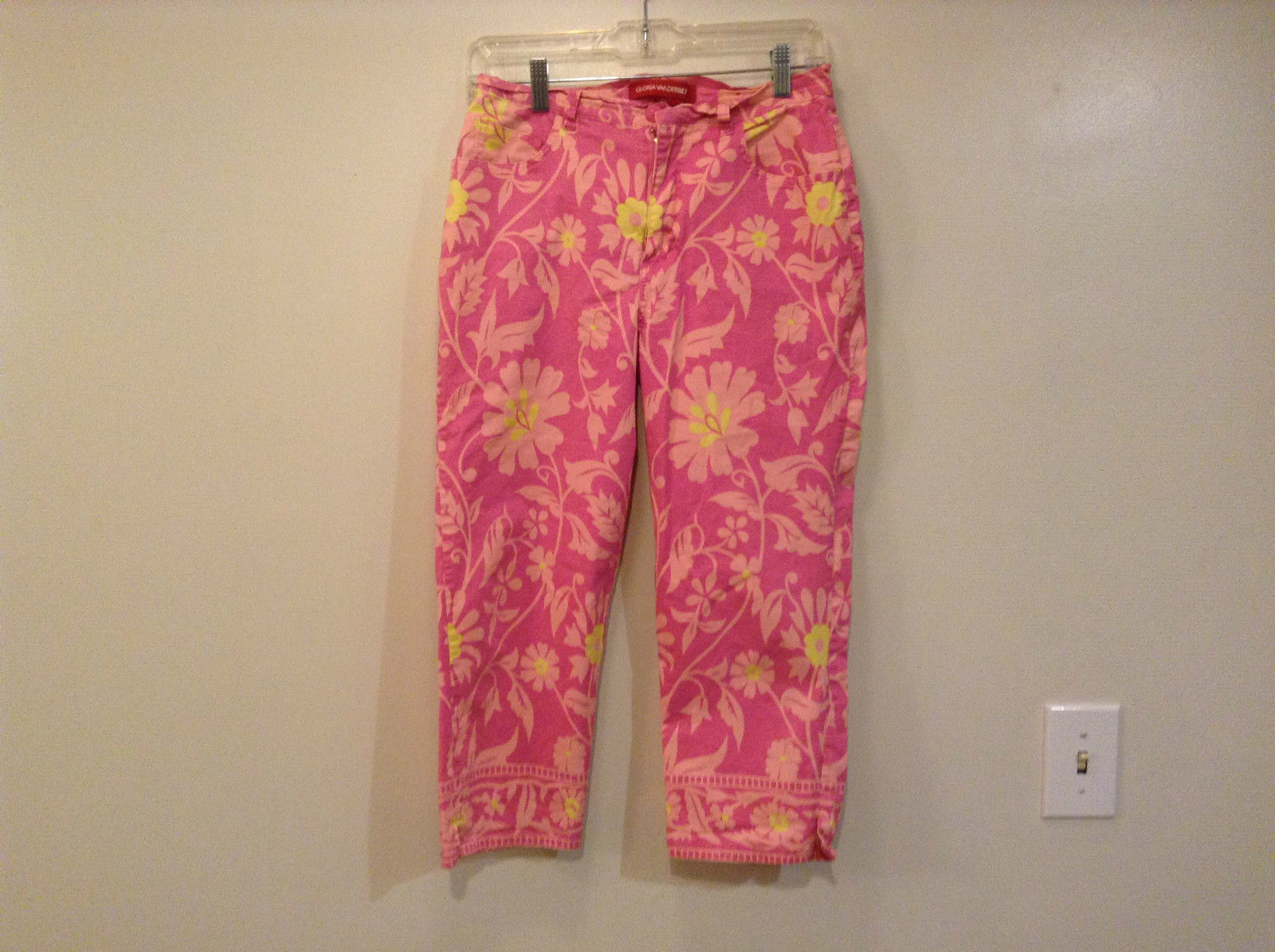 Pink Floral Patterned Gloria Vanderbilt Capri Pants Size 8 Button Zipper Closure