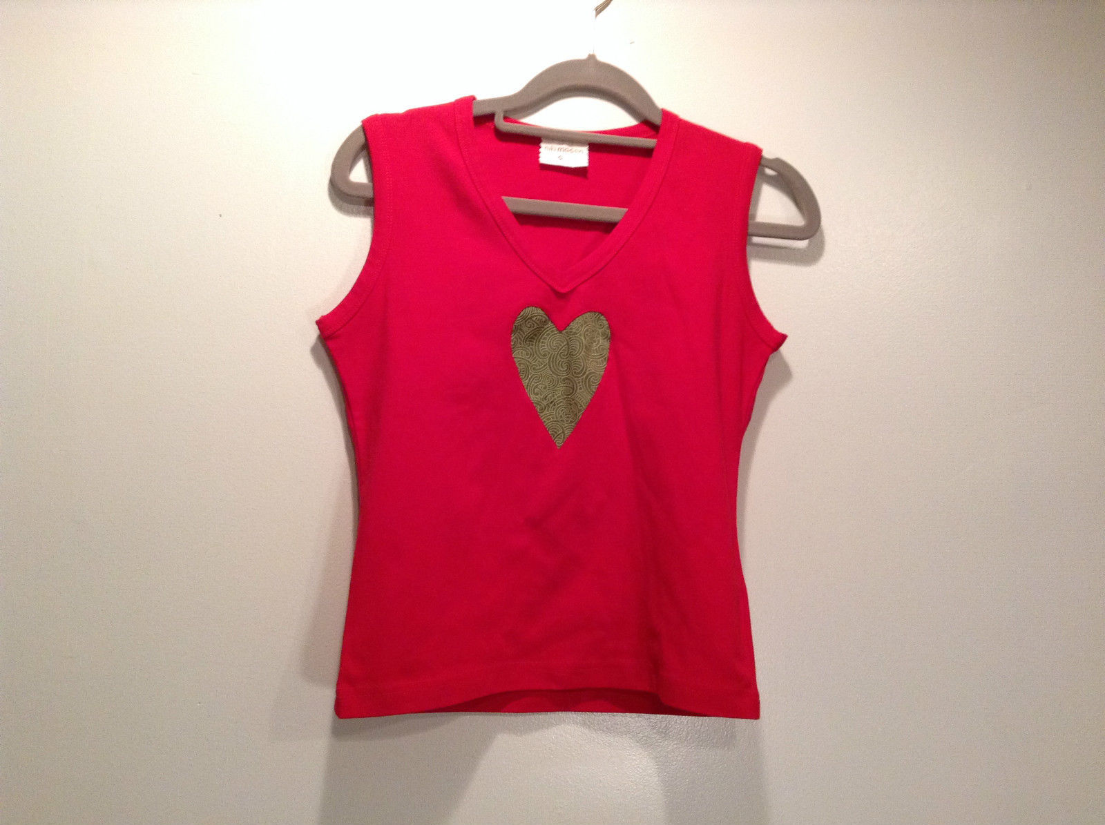 Red V Neck Sleeveless Top Size Small Niki Mason Graphic Shaped Heart on Front