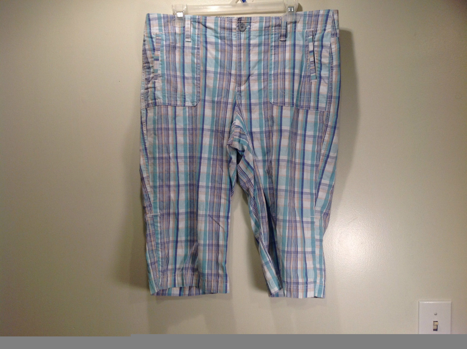 Size 12 Gloria Vanderbilt Light Blue Plaid Capri Pants Front and Back Pockets