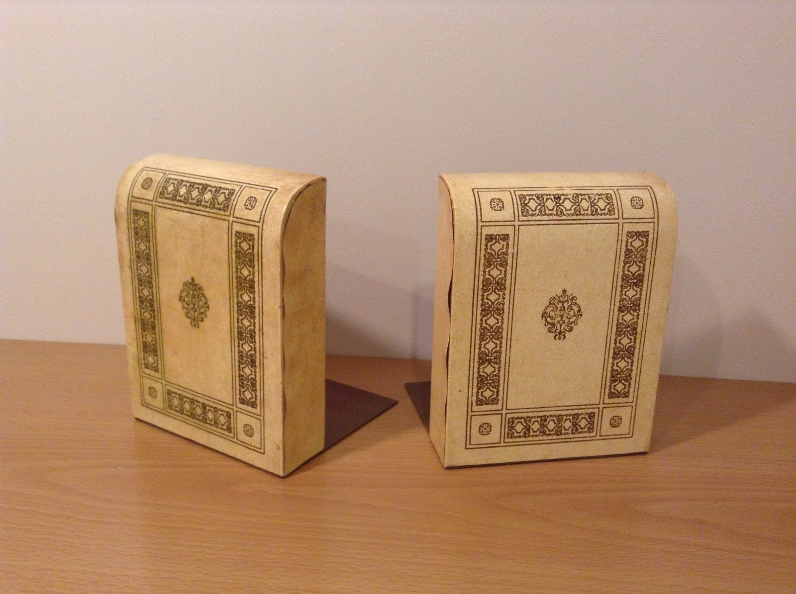 Vintage bookends yellow and beige w classic motif