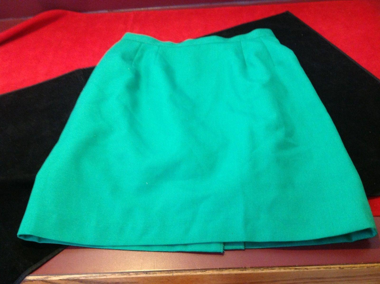 green women's short skirt size 6P 14 in wide 20 in long