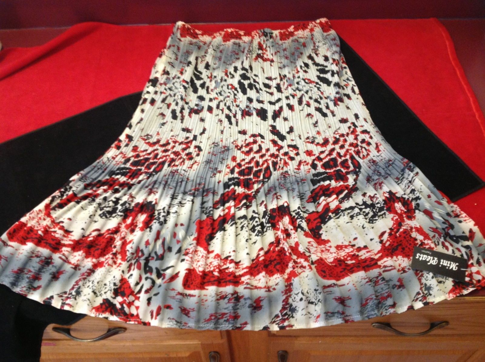 mini pleats red black grey womens skirt size 15 in wide 27 inch long 100% polyes