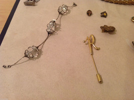 Mixed Lot of a variety of vintage items: bracelet, pins image 2