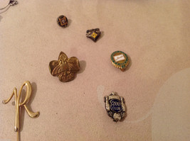 Mixed Lot of a variety of vintage items: bracelet, pins image 3