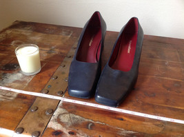 Naturalizer Size 8 and a Half Black Heeled Shoes with Red Interior image 7