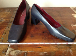 Naturalizer Size 8 and a Half Black Heeled Shoes with Red Interior image 5