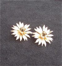 "Lisner clip daisy earrings gold tone flowers 1 1/4"" diameter vintage jew... - $4.50"