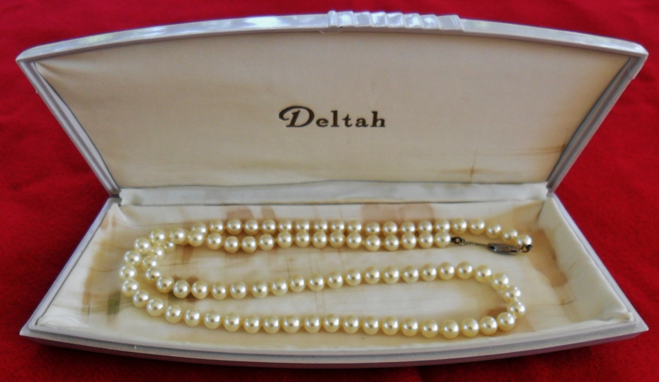 Deltah Simulated Pearl Necklace with Deltah Braun Crystal Plastic Case White