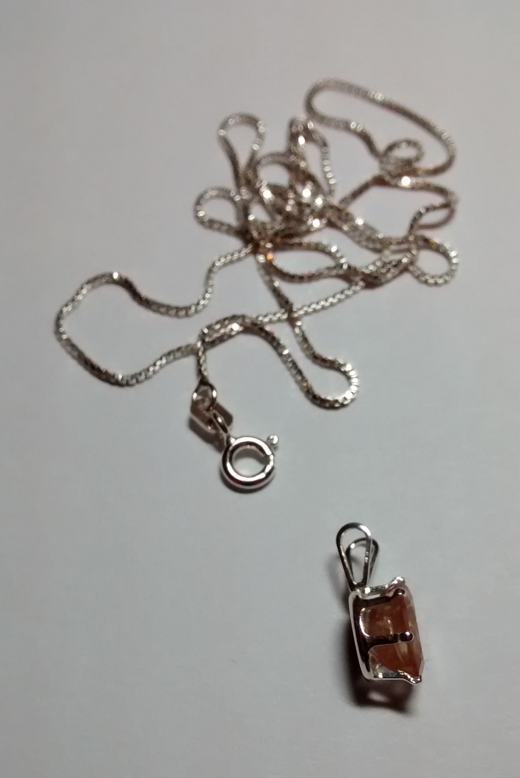 beautiful sunstone pendant and chain in .925 sterling silver