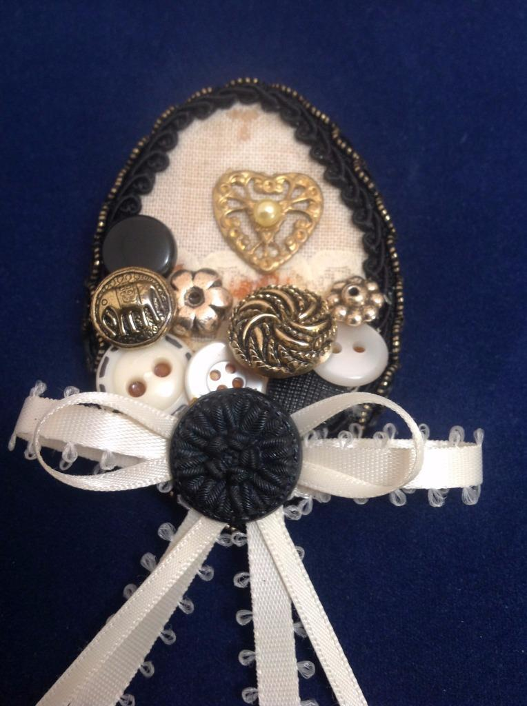 Pin Design Collage Oval & Buttons & Ribbon Brooch Fashion Jewelry, Black/Gold