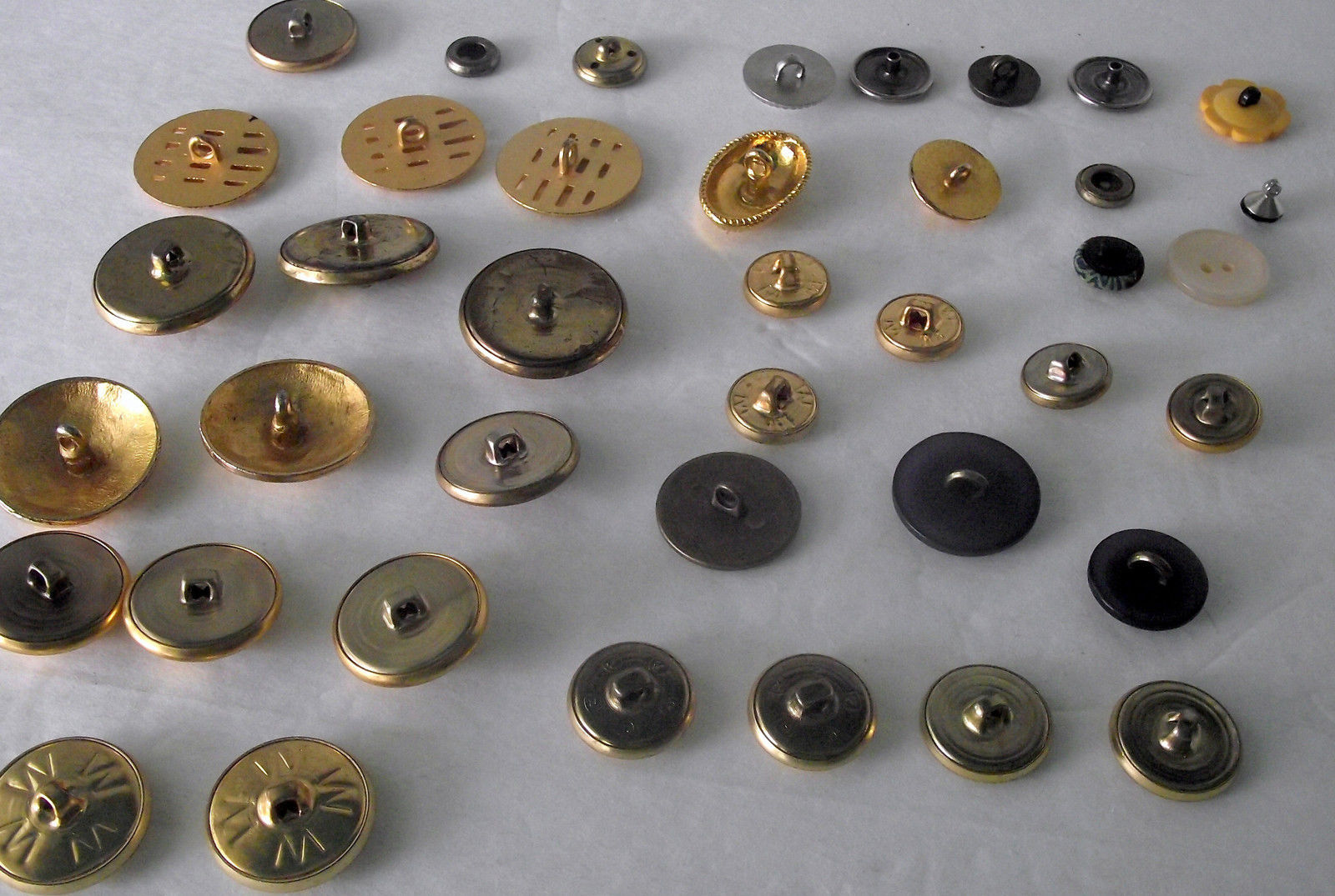 Metal Buttons Gold Tone Assorted Size Design Eagle Weave Seal Dome Sew Craft Lot