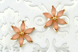 Set of 2 women lovely new gold coral white petal flower stud pierced ear... - $24.36 CAD